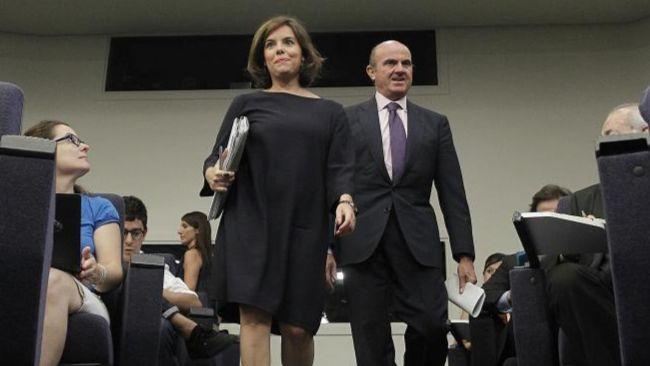 Soraya Sáenz de Santamaría y  Luis de Guindos, a su llegada a la...