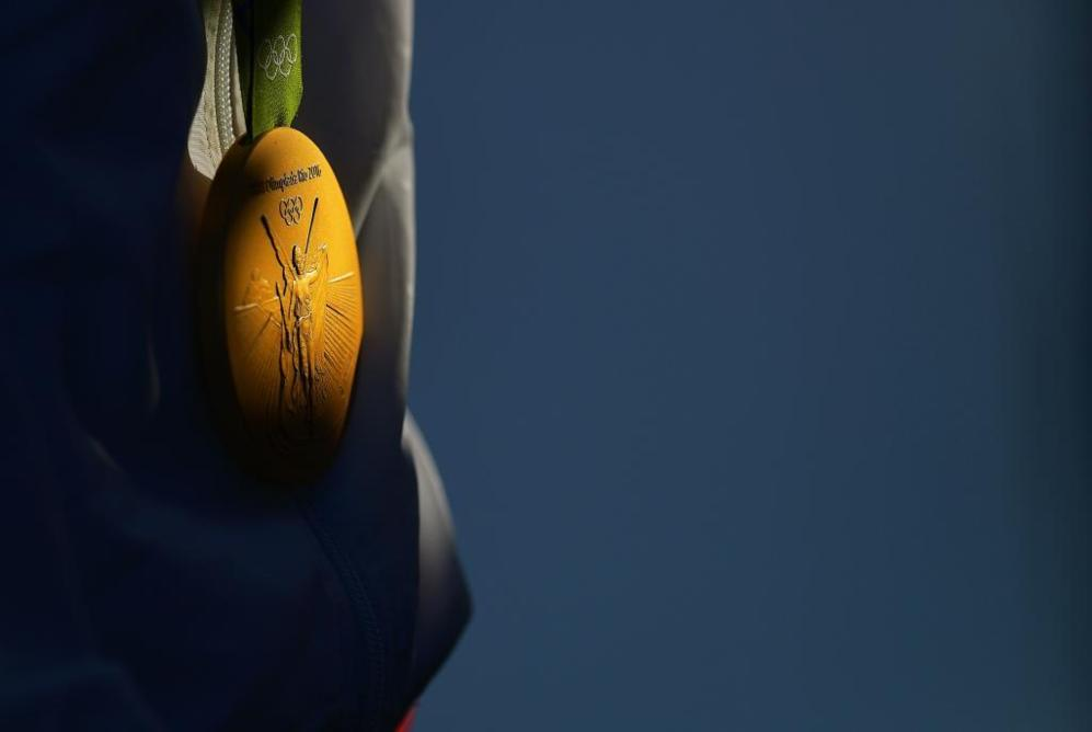 Detalle de la medalla de oro obtenida por la española Maialen...