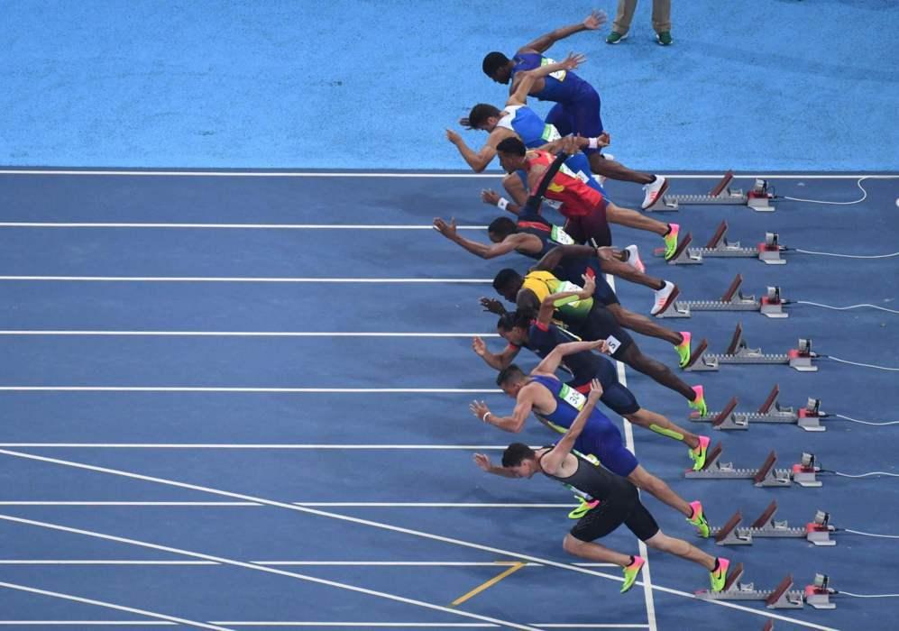 Instantánea de la salida de la final de los 110 metros vallas.