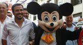 Alberto Garzón, con Mickey Mouse hoy en la Feria de Málaga.