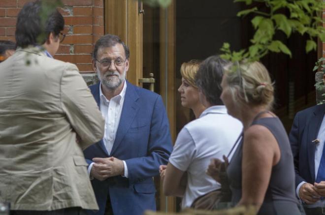 Rajoy y Cospedal, a las puertas del restaurante madrileño 'El...