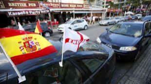 Un vehículo con banderas de España e Inglaterra en una de las zonas...