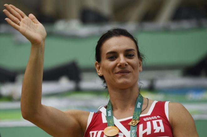 Yelena Isinbayeva saluda durante una prueba en Río de Janeiro.