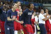 El banquillo de la selección estadounidense celebra una canasta.