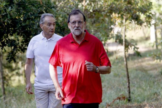 Mariano Rajoy, durante su paseo del sábado en Ribadumia.