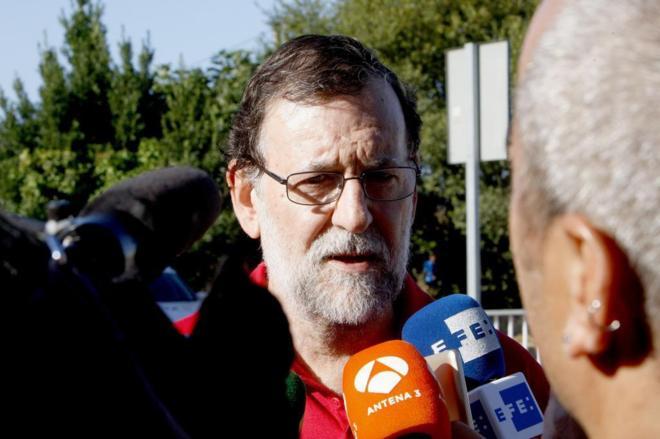 Mariano Rajoy habla con los periodistas el sábado en Ribadumia.