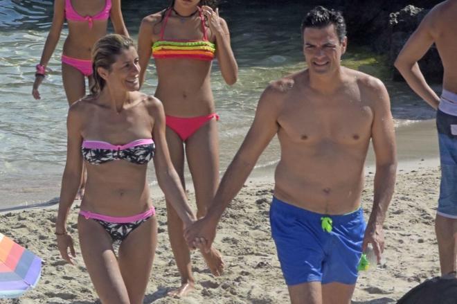 Pedro Sánchez, con su familia en una playa de Ibiza este fin de...