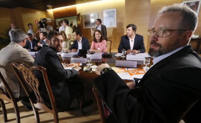 Los equipos negociadores de PP y Ciudadanos, esta mañana en el...