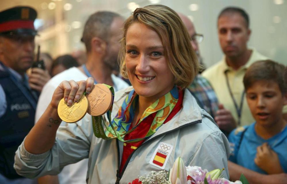 Mireia Belmonte, posa con las medallas de oro en 200 mariposa y bronce...