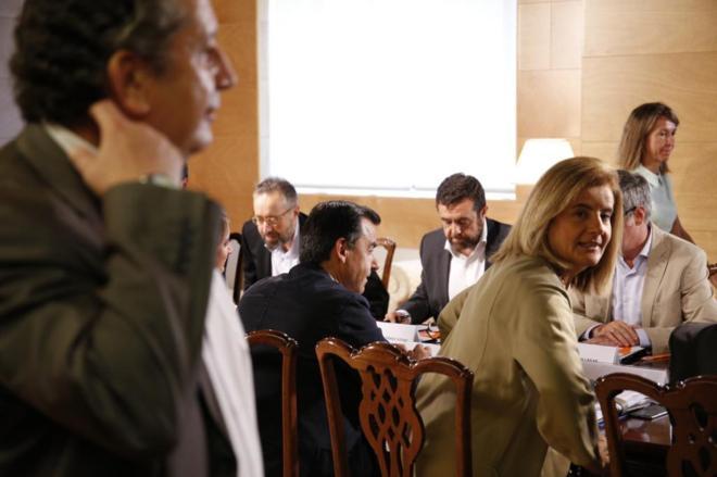 Fernando Martínez-Maillo y Fátima Báñez, del PP, frente a José...