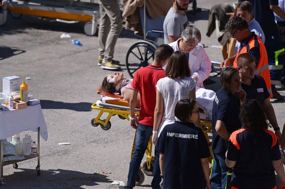 Cuerpos de rescate y médicos se coordinan para poder rescatar y...