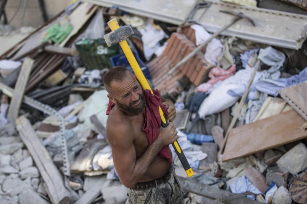 Un voluntario trabajan en las labores de rescate tras el terremoto en...
