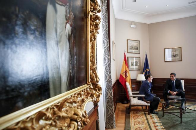 Mariano Rajoy y Pedro Sánchez, durante una reunión en el Congreso de...