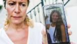 La madre de la joven desaparecida con la foto de su hija.