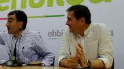 Arnaldo Otegi junto a su abogado, Iñigo Iruin, ayer en la sede de EH...