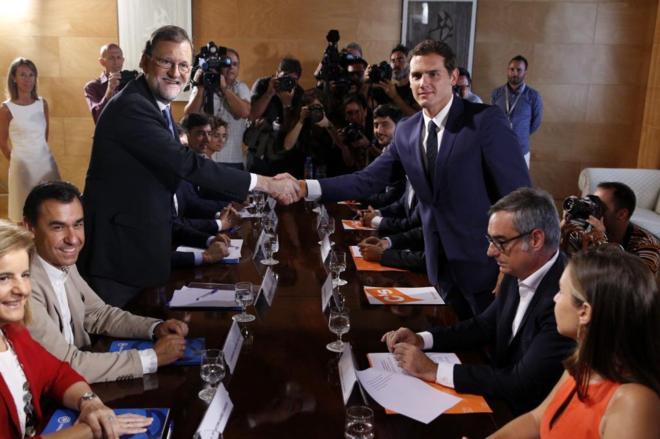 Mariano Rajoy y Albert Rivera se estrechan la mano en presencia de sus...