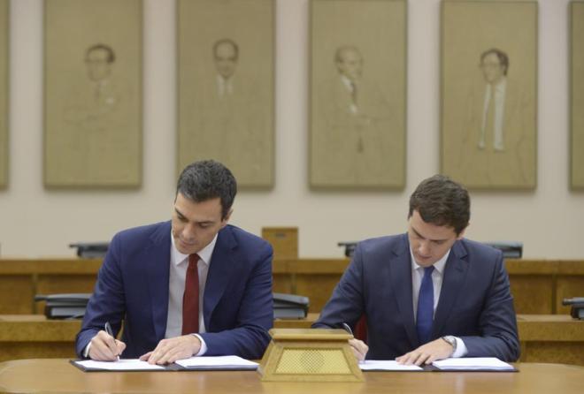 Pedro Sánchez y Albert Rivera firman al unísono su acuerdo de...