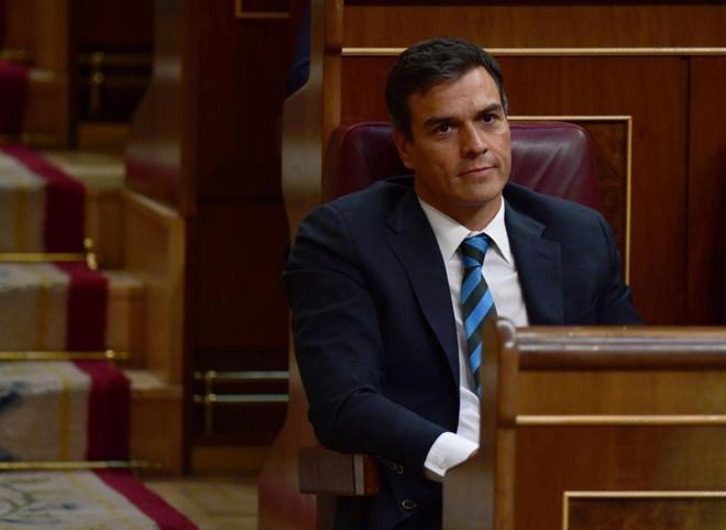 Pedro Sánchez, en su escaño durante la intervención de Mariano...