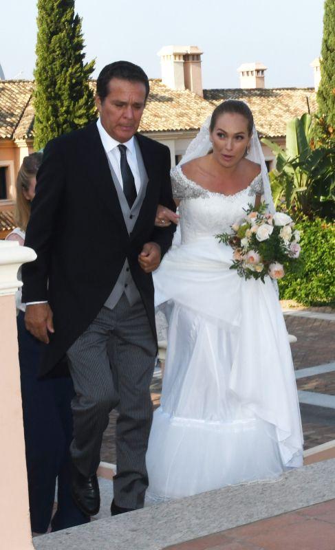 Paola Zobel, la novia, junto a su padre, empresario de origen filipino...