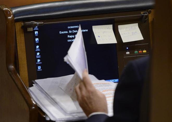 Mariano Rajoy revisa unos papeles desde su escaño, ayer, durante la...