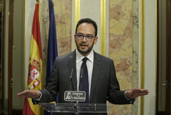 El portavoz socialista en el Congreso, Antonio Hernando, en rueda de...