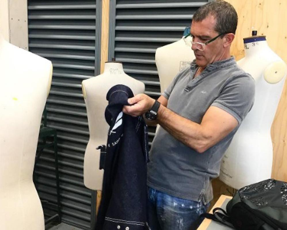 Antonio Banderas en su faceta de diseñador de moda. El actor ha...