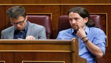 Íñigo Errejón y Pablo Iglesias, desde sus escaños en el Congreso...