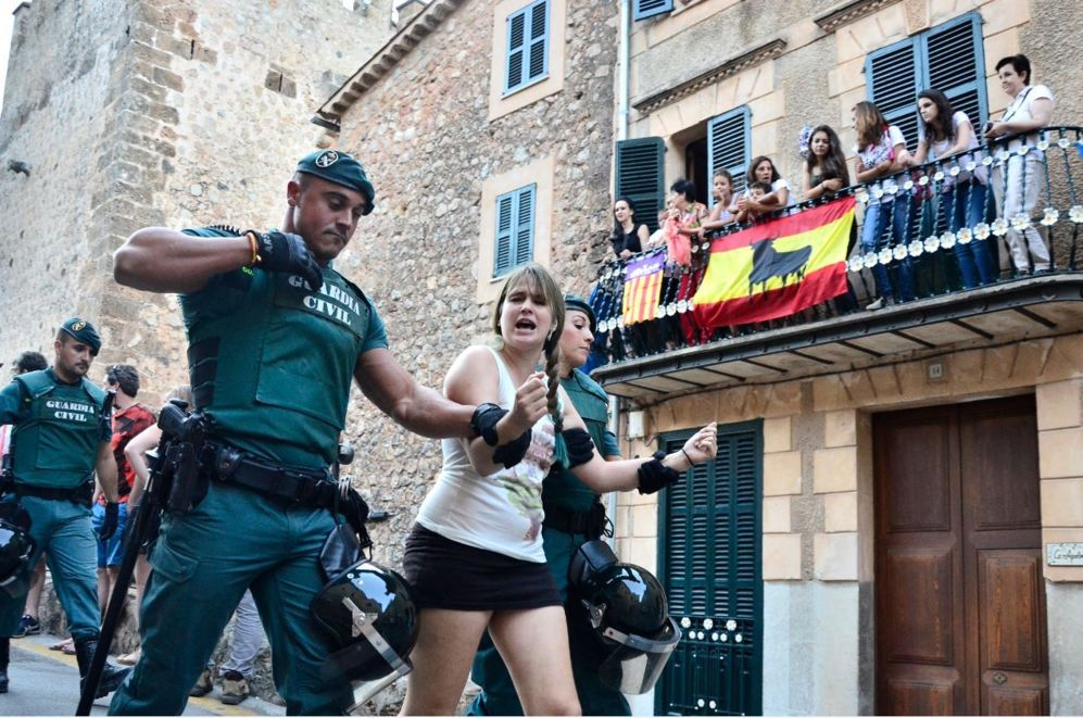 Una pareja de guardias civiles se llevan a una manifestante.
