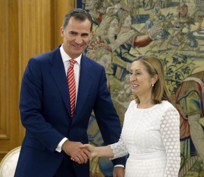 Felipe VI recibe a la presidenta del Congreso, Ana Pastor, el pasado...