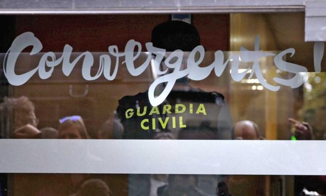 Agentes de la Guardia Civil registran la sede de Convergència en...