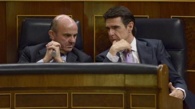 Luis de Guindos y José Manuel Soria, en un pleno del Congreso el...