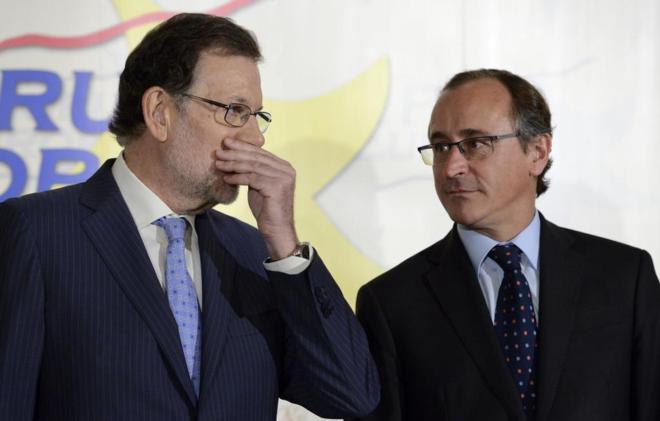 Mariano Rajoy, saludando ayer a su llegada a un acto de apoyo al...