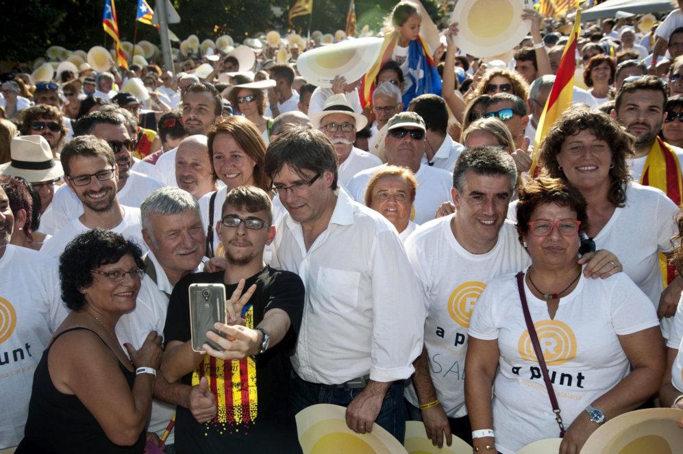 Carles Puigdemont tomándose un 'selfie' en la marcha correspondiente...