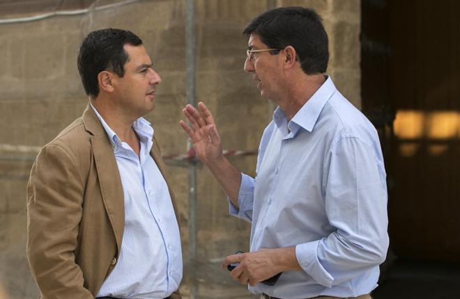 Juan Manuel Moreno Bonilla, líder del PP en Andalucía, y Juan...