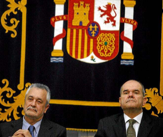 Los ex presidentes de la Junta de Andalucía José Antonio Griñán y...