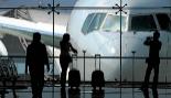 Varias personas esperan al momento del embarque para coger su vuelo en...