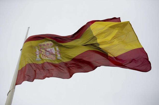 La bandera de España ondea a media asta en la Plaza de Colón,...