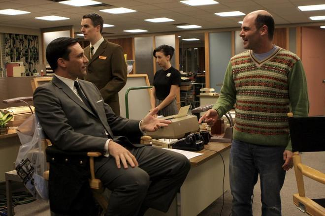 Matthew Weiner (dcha.), en el rodaje de 'Mad Men'.