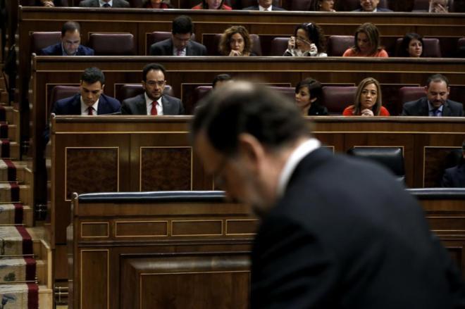 Mariano Rajoy, con Pedro Sánchez al fondo, durante su investidura...