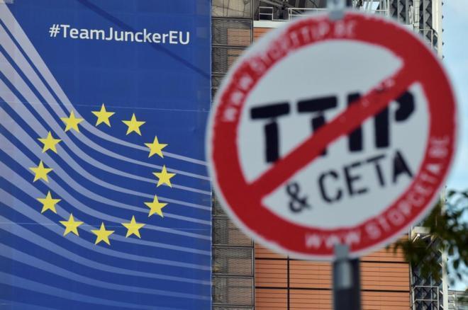 Una señal antiTTIP y CETA colocada cerca de la sede de la Comisión Europea en Bruselas durante una jornada de protestas contra los tratados Transatlánticos..
