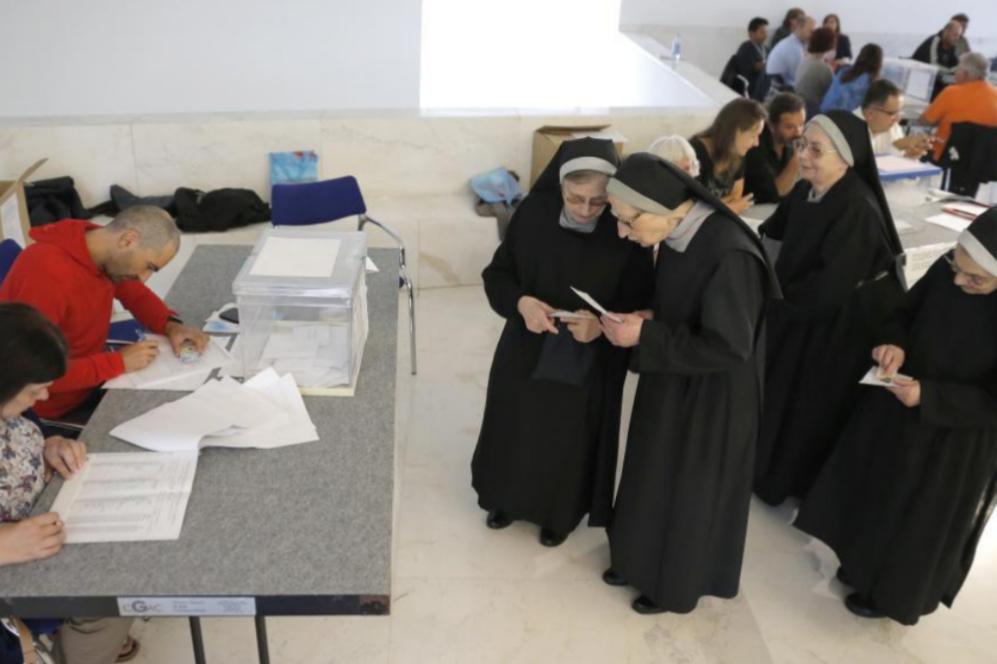 Un grupo de religiosas se ha acercado a votar a un colegio electoral,...