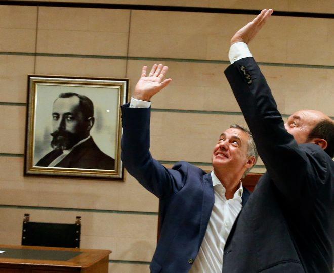 Iñigo Urkullu y Andoni Ortuzar saludan en la sede del PNV tras...
