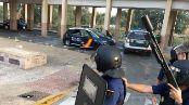 Agentes de la Policía Nacional se protegen en la Cañada de Hidum.