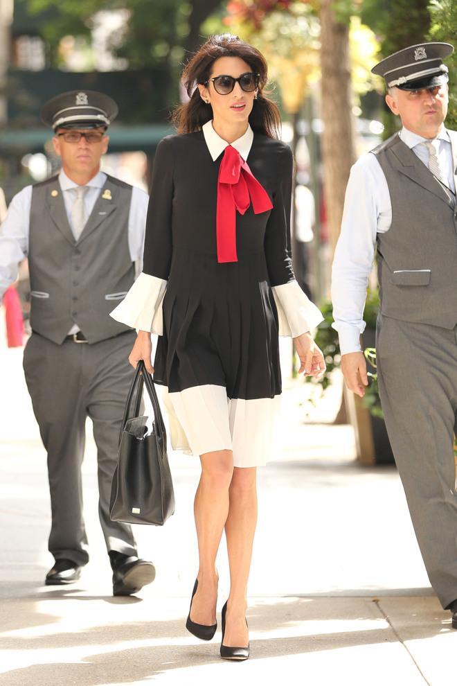 bb8f7be376 El lazo rojo de Amal Clooney aporta un aire  chic  y juvenil a su  look   para ir a trabajar. Foto  Gtresonline