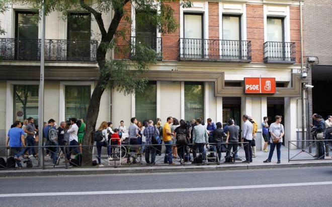 Numerosos periodistas esperan a las puertas del PSOE en la calle Ferraz, tras la dimisión de 17 miembros de la Ejecutiva.