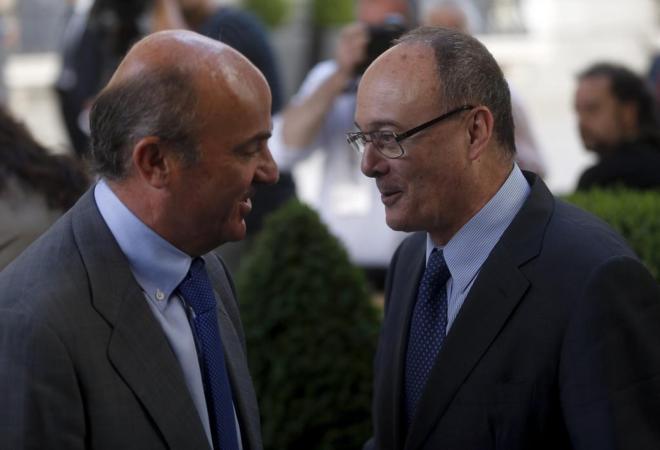 El gobernador del Banco de Espav±a, Luis Maria Linde con el ministro...