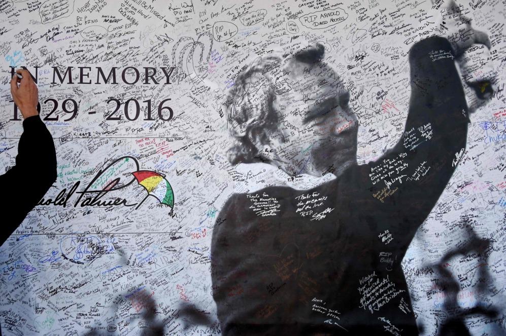 Un aficionado firma en el mural de autógrafos que rinde tributo al...
