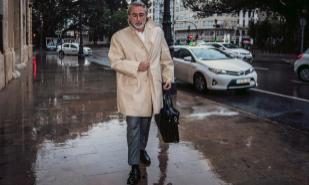 Francisco Correa se dirige a los juzgados de Valencia en abril de este...
