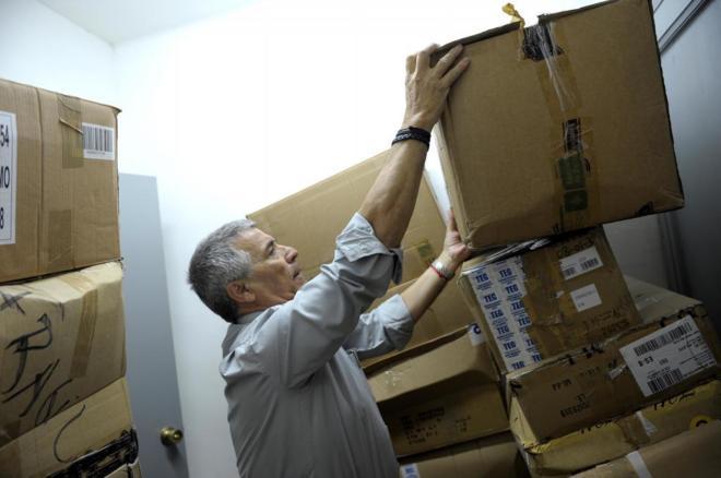 José Vargas, presidente de la Asociación catalana de víctimas de organizaciones terroristas en el almacén donde guarda los archivos