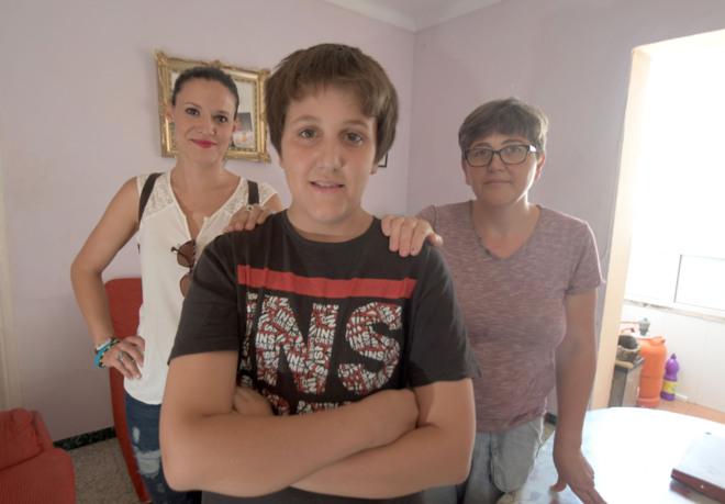 Juan Carlos con su madre Ana y Miriam Cantos.